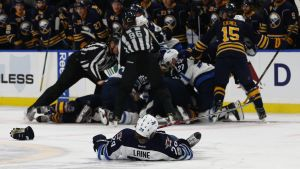 Patrik Laine skadade sig i matchen mot Buffalo.