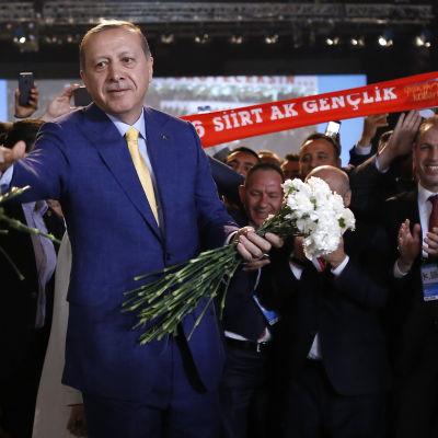 Turkiets president Erdoğan får blommor då han återväljs till partiledare för AKP
