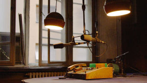 Radion puheohjelmastudion kalustoa Belgradissa: puhelin, mikrofoneja.