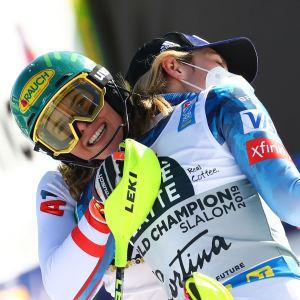 Mikaela Shiffrin kramar om Katharina Liensberger.