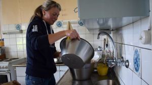 Erika Wikström diskar i Harrys gamla kök.