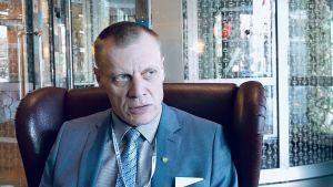 Valgas kommundirektör Margus Lepik tittar ut genom fönstret.