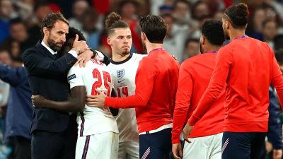 Gareth Southgate tröstar spelare.