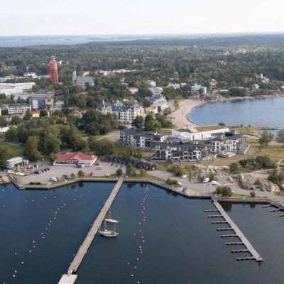 Flygbild över Hangö där man ser Fabriksudden, Östra hamnen och kustlinjen österut.