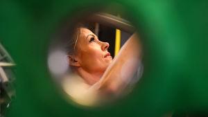 Linda Sonntag lyfter vikter fotograferad genom hålet på en tyngd