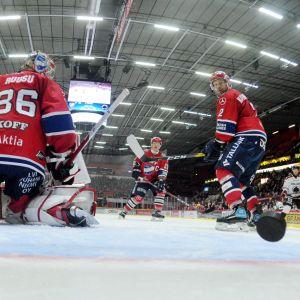 Pucken glider in i HIFK:s mål.