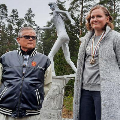 Johanna Matintalo ja Kyösti Iitti patsaan äärellä.