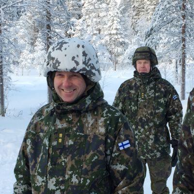 Maanpuolustuskorkeakoulun rehtori ja Kainuun prikaatin komentaja Vuosangassa.