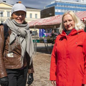Hämeenlinnan  kaupunginhallituksen puheenjohtaja Sari Rautio ja kaupunginvaltuuston puheenjohtaja Sari Myllykangas Hämeenlinnan torilla.