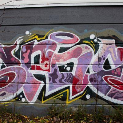 Graffiti radanvarrella Tampereella.