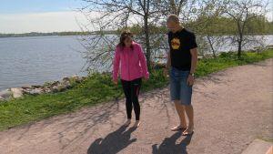 Maarit Åström-Kupsanen ja Mikko Ijäs paljain jaloin juoksupolulla.
