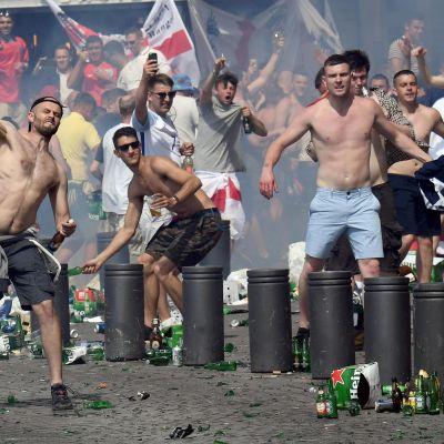 Engelska fotbollssupportrar i slagsmål med ryssar inför matchen i Marseille.