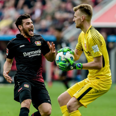Lukas Hradecky med bollen.