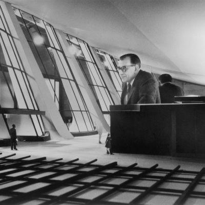 Arkkitehti Eero Saarinen suunnittelemansa Dulles International Airportin pienoismallin sisällä