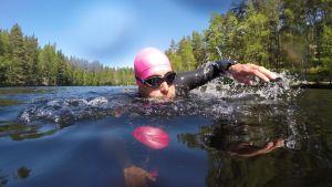 Mikko Peltola ui Kaitalammella Espoossa.