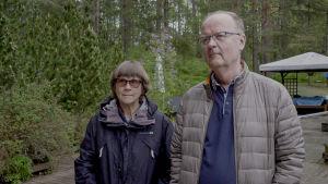 Jyrki och Marianne Pinomaa på gården utanför sitt hus