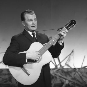 """Sauvo """"Saukki"""" Puhtila laulaa ja soittaa kitaraa."""