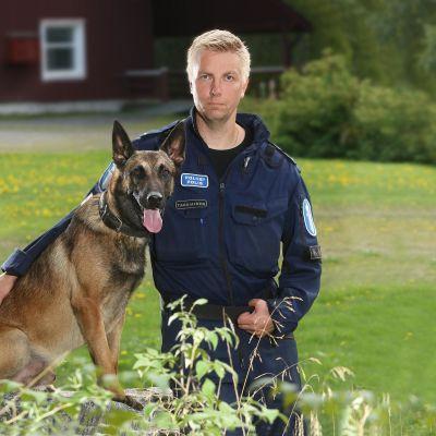 Poliisikoira Viksu ja poliisikoiranohjaaja Toni Tarkiainen.