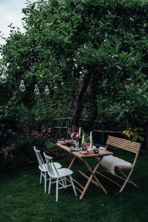 Puutarhajuhlat on katettu siirtolapuutarhan pöytään.