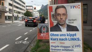 En en valaffisch med FPÖ:s kandidat Herbert Kickl.