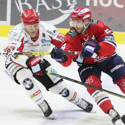 Niklas Nevalainen och Sebastian Dyk i närkamp.