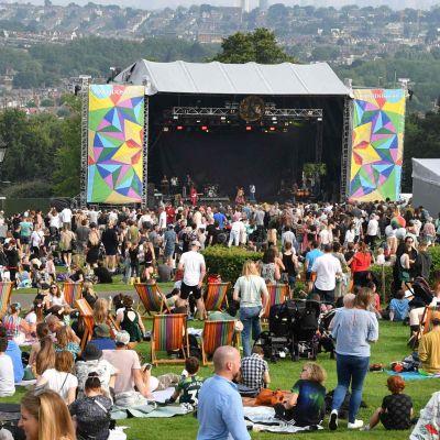 Festival i London. Folkmassa kring scenen.