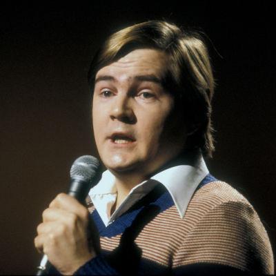 Iskelmälaulaja Jamppa Tuominen esiintyy Yle TV2:n Iltatähti-ohjelmassa 1977