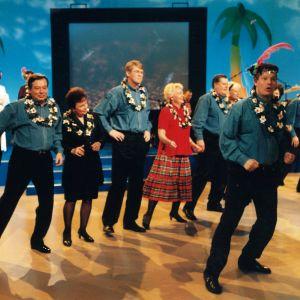 Iltalypsyn vieraat tanssivat rivitanssia.