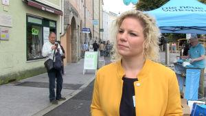 Valkandidaten Marlene Wörndl vid ett kampanjstånd.