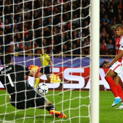 Gianluigi Buffon räddar ett skott av Monacos Kylian Mbappé i Champions League.