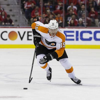 Ishockeyspelaren Jori Lehterä försöker nå till en puck i en match i NHL.