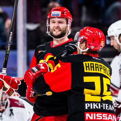 Nicklas Jensen och Henrik Haapala firar ett mål