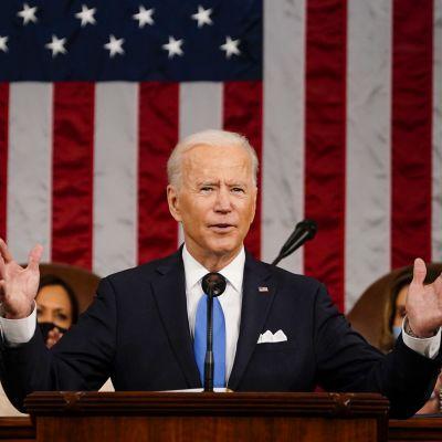 Joe Biden pitämässä ensimmäistä puhettaa kongresissa.