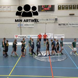 Spelarna skakar hand med varandra efter matchen.