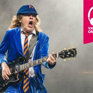 Angus Young spelar elgitarr.