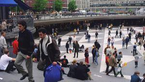 Folk på Sergels torg i Stockholm