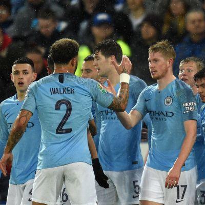 Kevin De Bruyne juhlii osumaa liigacupissa Manchester Cityn pelaajien kanssa.