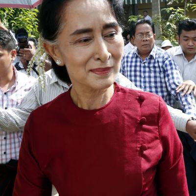Aung San Suu Kyi vid vallokal i Rangoon.