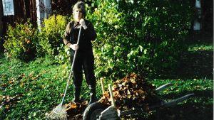 Nainen haravan varressa. Kuva Marja Pensalan lyhytelokuvasta Elsa.