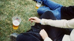 Tonåringar som röker och dricker öl.
