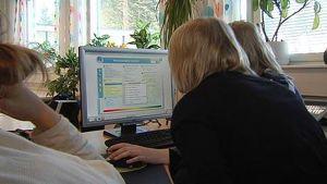 Barn som sitter vid en datorskärm.