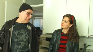 Hannu Pasanen ja toimittaja Maarit Åström-Kupsanen remontooitavassa keittiössä.