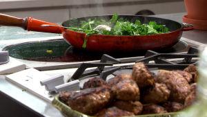 Stekt grönkål och mangold samt kebab med chorizo.