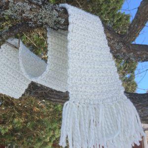 virkad halduk hänger på en trädgren