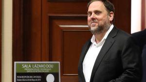 Oriol Junqueras på väg ut från det spanska parlamentet i Madrid  20.5.2019. Den fängslade Junqueras frisläpptes temporärt för registrering efter parlamentsvalet i Spanien.