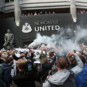 Fanit juhlivat Newcastle Unitedin omistajanvaihdosta.