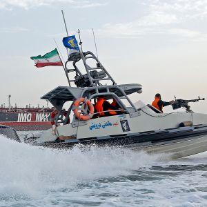 Patrullbåter som tillhör Irans Islamiska revolutionsgarde lade beslag på en utländsk tanker på söndagen