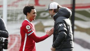 Trent Alexander-Arnold gratuleras av Jürgen Klopp.