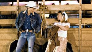 Sam Shepard ja Kim Basinger nojaavat rekkaan. Kuva elokuvasta Hulluna rakkaudesta.