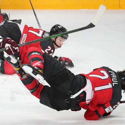 Latvian Rodrigo Abols kyykyttää Kanadan Michael Buntingia ja Nick Paulia